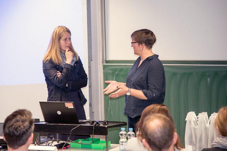 Frau Richter und Frau Harmann-Menzel sprechen vor Zuhörern beim WUD 2017